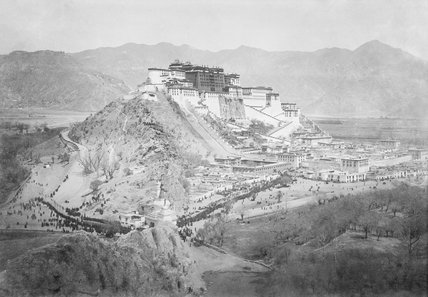 Sertreng procession in front of Potala