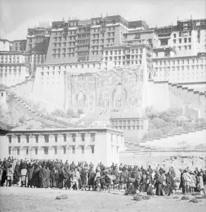 Crowds in the Sho area below Potala at Sertreng