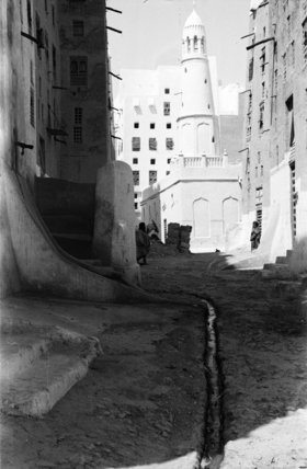 Street in Shibam with tall ...