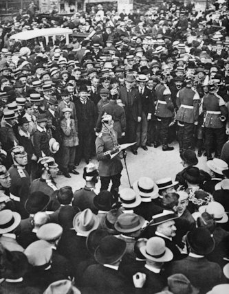 A Berlin crowd listens as a German officer reads the Kaiser's order for mobilisation on 1st August 1914.