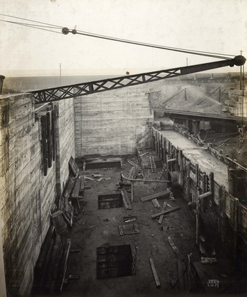 A dry dock chamber at King George V Dock: 1917
