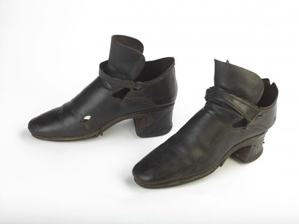 A pair of leather shoes: c.1688-1695