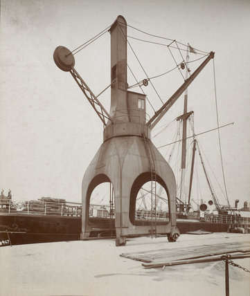 Disharge of cargo by hydraulic crane: c.1920