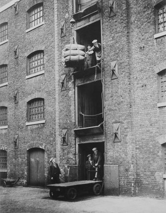 West India Docks 1900: Sugar being hoisted into warehouses