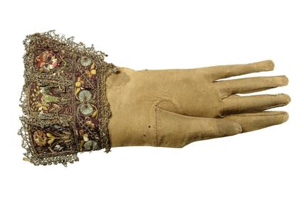 One of a pair of gauntlet gloves: 17th century