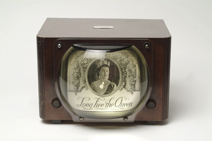 Pye television set in wooden case with paraffin-filled magnifier: 1949
