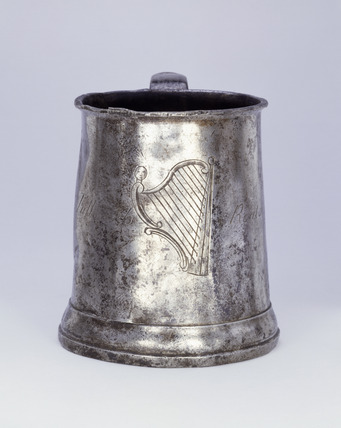 Pewter tankard with Irish harp in the centre: 19th century