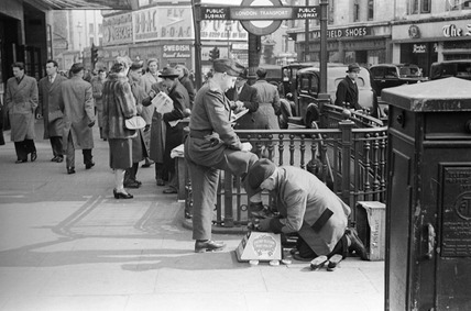 Shoe shine Piccadilly: 1953