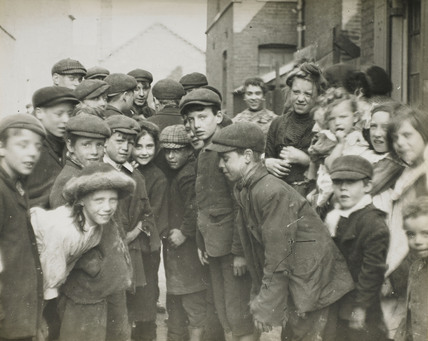 Crowd of poor children: c.1900