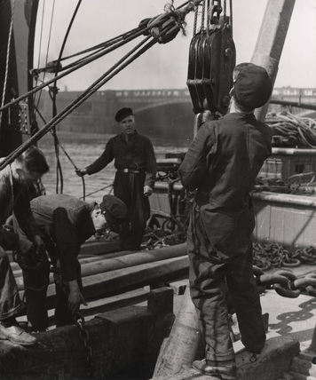 PLA crew at work on the Thames: 1948
