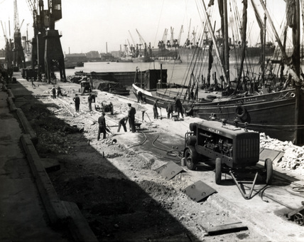 Repairs to the quay on South West India Dock, 1947