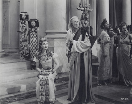 Vivien Leigh as Cleopatra and Ernest Thesiger as Theodotus in 'Caesar and Cleopatra'