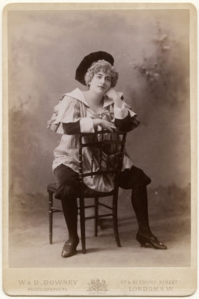 Ellas Dee as the toymaker's apprentice in 'La poupée'