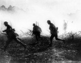 Soldiers attack during a battle on the Western Front, 1914-1918.