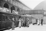 Women cleaning railway carriages, 1918