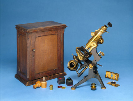 Grand Model 'van Heurck' microscope with case and accesories, c 1900.