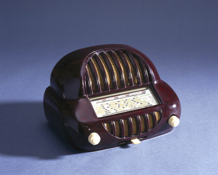 Sonorette walnut bakelite radio, French, late 1940s.