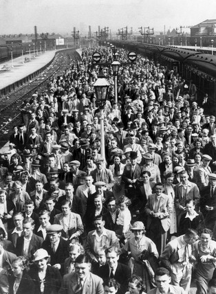 A mas of pasengers on Central Station, Blackpool, September 1937.
