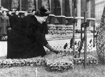 The Queen Mother, Westminster Abbey, London, 1957.