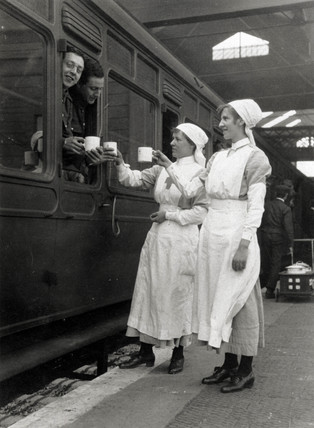 Red cros workers serving tea to soldiers, 1914-1918.