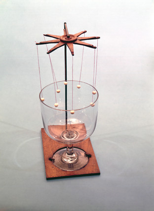 Instrument to demonstrate vibration of a glas bell, early 19th century.
