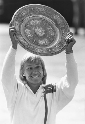 Martina Navratilova lifts the Venus Rosewater Dish, 5 July 1987.