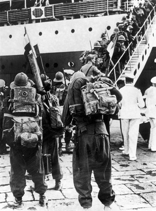 Italian soldiers boarding the Colombo at Naples, 12 August 1935.