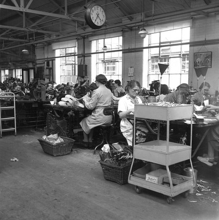 Women Making Shoes In A Factory Leicester 1950 At Science And