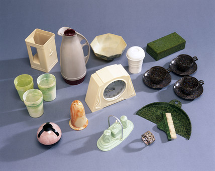 Personal and domestic accesories made of  urea formaldehyde, 1930-1960.
