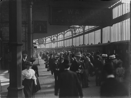 Train from Manchester to Blackpool at 4.45pm. Preston railway station, Horwich, England, 1907.