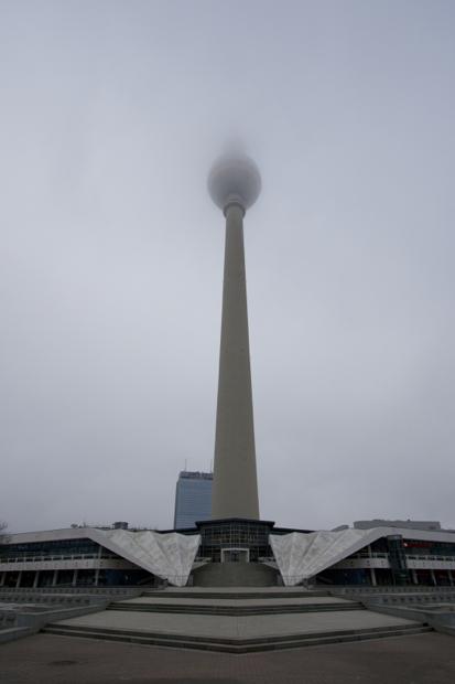 Берлинская телебашня в тумане