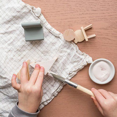 Pyssla och designa dina egna dockskåpsmöbler