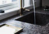 Lundhs Antique i mattbørstet overflate som kjøkkenbenk.