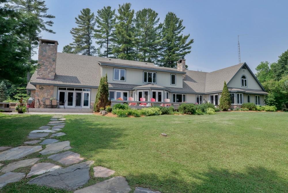 Luxury Cottage for Sale on Beautiful Bella Lake in Muskoka Ontario