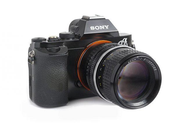 Nikkor 85 mm f/2 AI kiinni kameran rungossa.