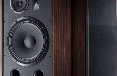 Magnatin kaiuttimet huokuvat retrohenkeä – bassoelementillä kokoa 15 tuumaa ja tehonkesto 500 wattia