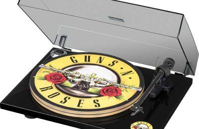 Pro-Ject on julkistanut Artist Series -mallistonsa täydennykseksi Guns N' Roses Record Player -levysoittimen.