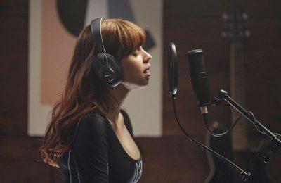 AKG esitteli kahdet studiokuulokkeet 90 astetta kääntyvillä kuulokeosilla