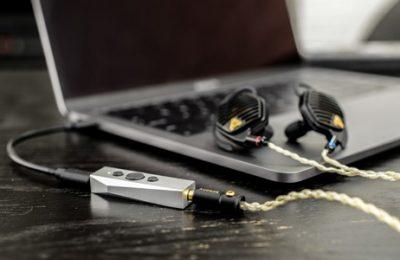 Todella pienikokoinen kuulokevahvistin vakuuttavilla spekseillä