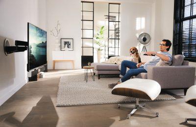 Televisiokiinnike joka kääntyy katsojaa kohti