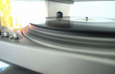 Cd- ja vinyylilevyt päihittivät Yhdysvalloissa ladattavat musiikkitiedostot – suoratoistopalvelut kuitenkin vastasivat kasvusta
