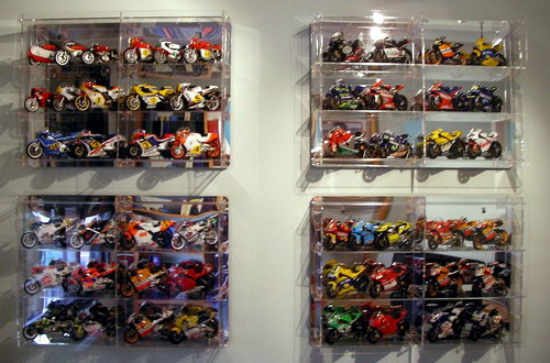 Vitrinas de metacrilato para motos a escala - Vitrinas de pared para colecciones ...
