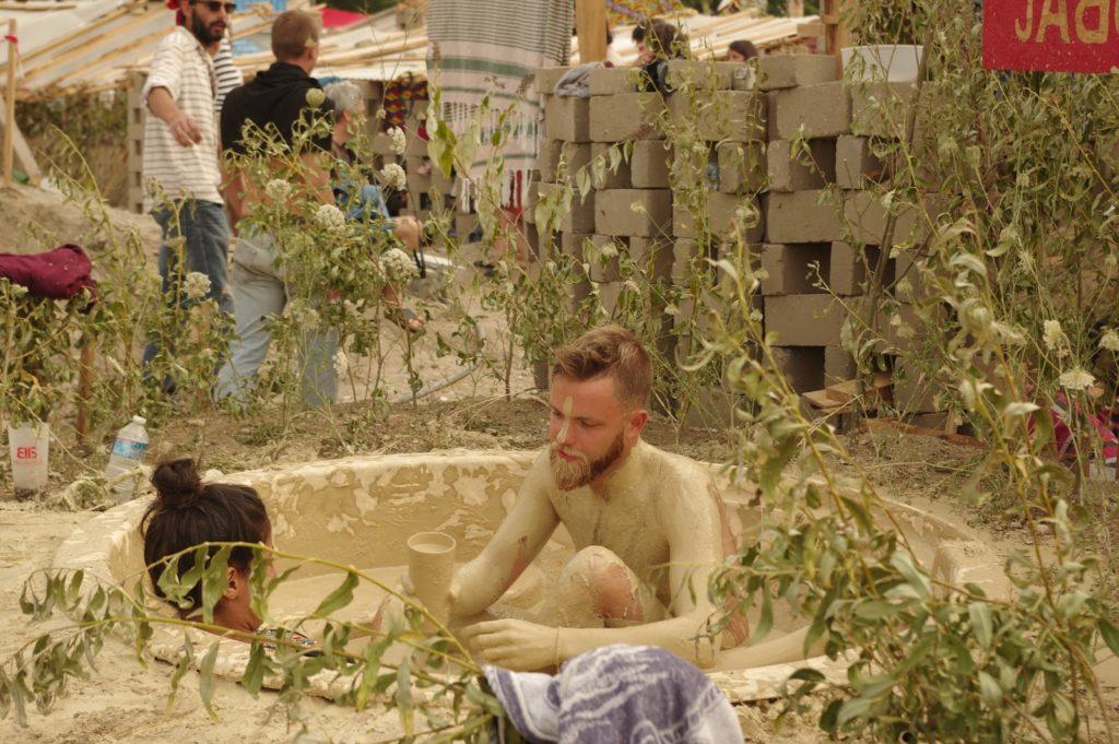 Deux personnes remplis de terre dans une cuve remplie de boue