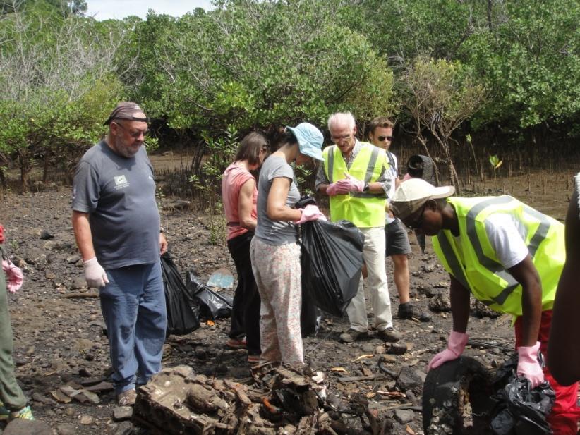 collecte de déchets avec des volontaires à Mayotte
