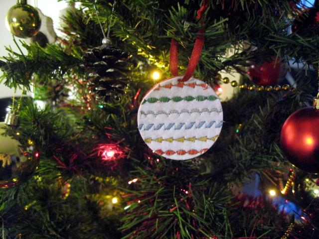 Decoración navideña: bolas para el árbol con fieltro