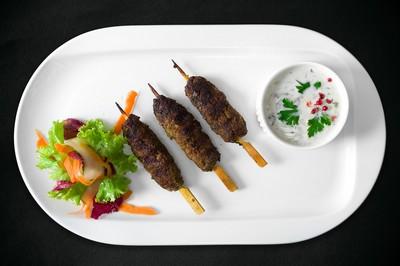 Kebab de miel servit cu raita
