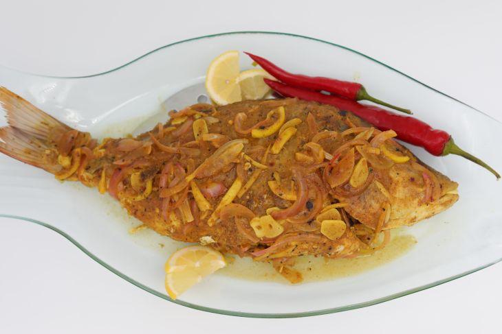سمك مع صلصة البصل