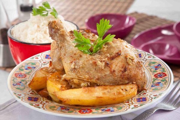 صينية الدجاج والبطاطس بالثوم والليمون