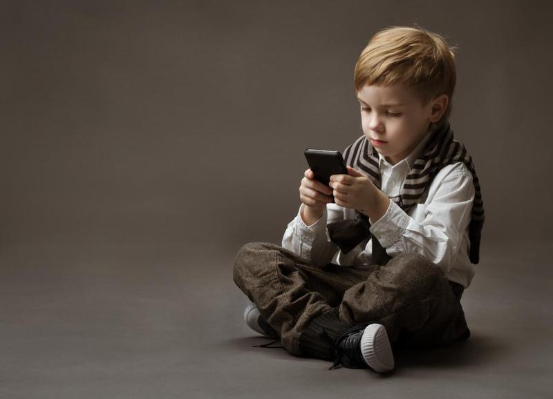 3 مخاطر عليك التفكير بها قبل أن تمنحي طفلك هاتفاً محمولاً - المشاهدات : 2.7K