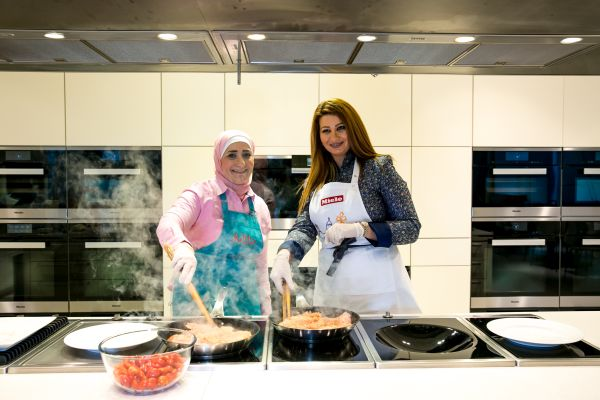 منال العالم في عرض طهي مباشر  مع الشيخة هند القاسمي-5